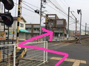 衣山駅から道路へ